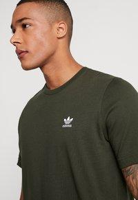 adidas Originals - ADICOLOR ESSENTIAL TEE - Print T-shirt - night cargo - 4