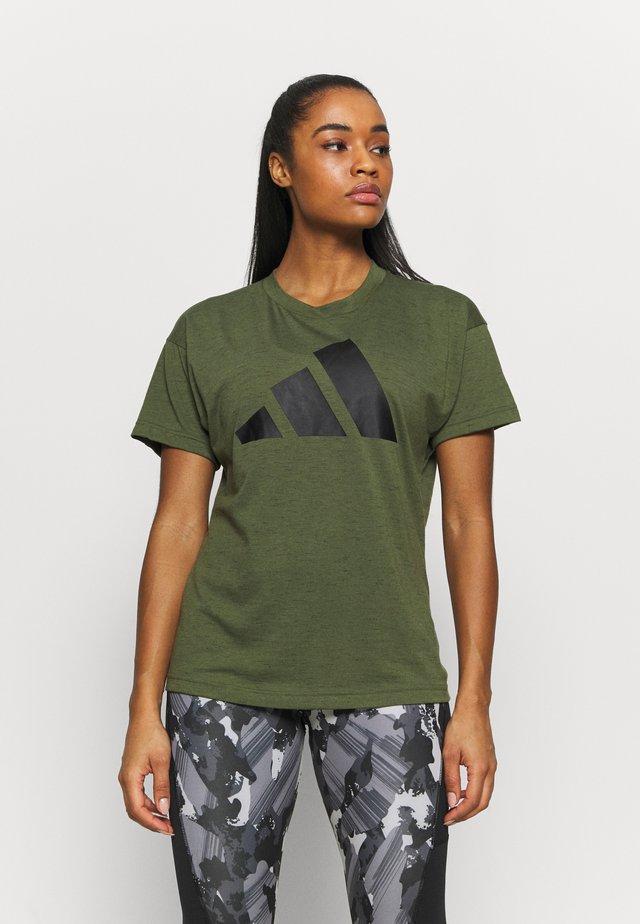 WIN 2.0 TEE - Print T-shirt - khaki