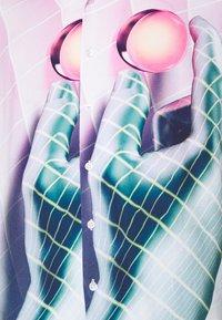 PRAY - VORTEX SHIRT UNISEX - Print T-shirt - multicoloured - 7