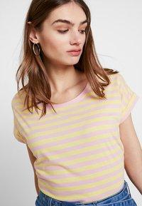 Vila - VIDREAMERS PURE  - Print T-shirt - goldfinch/begonia pink - 4