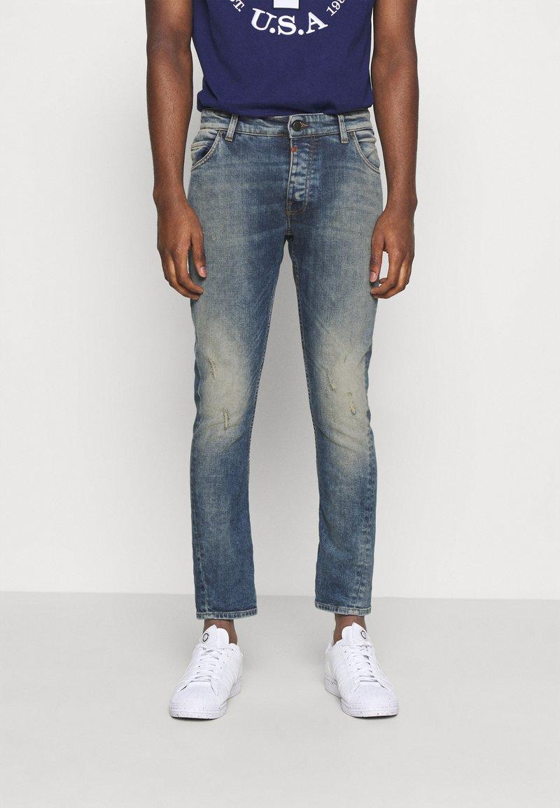 Tigha - BILLY THE KID DESTROYED - Slim fit jeans - vintage mid blue