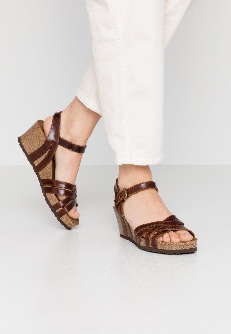 Panama Jack - VERA CLAY - Sandály na klínu - brown