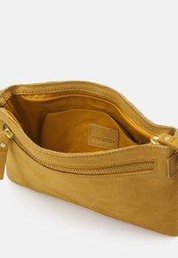 Even&Odd - LEATHER - Taška spříčným popruhem - mustard yellow - 2