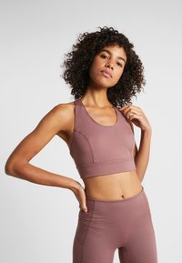 Free People - LIGHT SYNERGY CROP - Light support sports bra - chocolate - 0