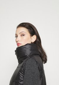 ONLY - ONLTRIXIE BELTED PUFFER WAISTCOAT  - Liivi - black - 3
