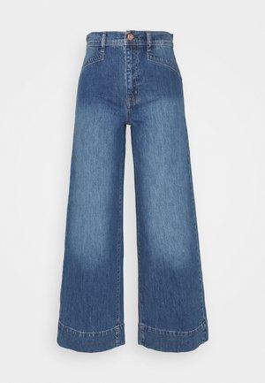 WIDE LEG VERNON VINTAGE DETAILS - Flared Jeans - medium indigo