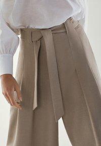 Massimo Dutti - MIT SCHLEIFE - Pantalon classique - brown - 5
