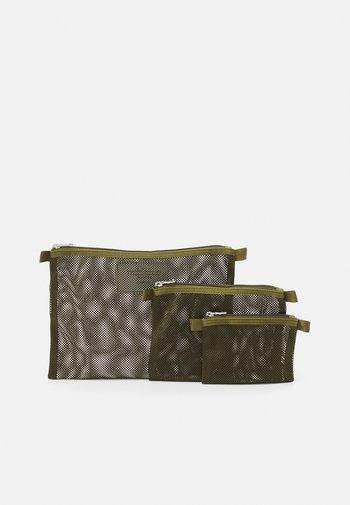 SET UNISEX 3 PACK - Wash bag - green