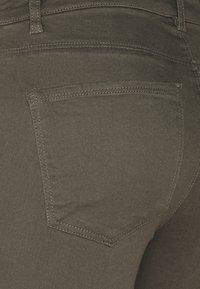 Vero Moda Tall - VMHOTSEVEN ZIP PANTS - Trousers - beluga - 2