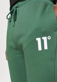 11 DEGREES - CORE REGULAR FIT - Teplákové kalhoty - elm green - 5