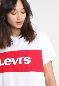 Levi's® - GRAPHIC VARSITY TEE - T-Shirt print - shortee white - 4