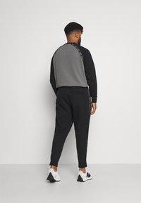 Calvin Klein Jeans Plus - SHADOW LOGO TAPE PANT - Verryttelyhousut - black - 2