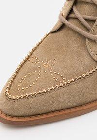 Coach - BOOTIE - Šněrovací kotníkové boty - oat - 4
