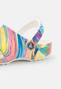 Crocs - CLASSIC OUT OF THIS WORLD - Klapki - multicolor/white - 5