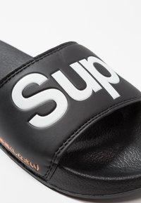Superdry - POOL SLIDE - Sandali da bagno - optic black/optic white/hazard orange - 6