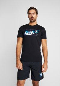 Nike Performance - DRY TEE DAZZLE CAMO - T-shirt med print - black/mystic navy - 0