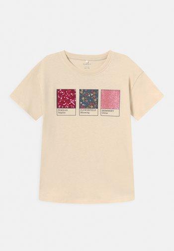 NKFLESAL BOXY - Print T-shirt - whitecap gray