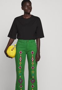Stieglitz - EVITA PANTS - Flared Jeans - green - 5