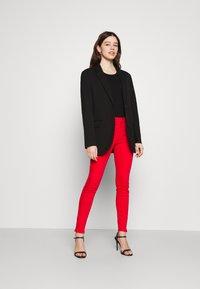 Vero Moda - VMHOTSEVEN ZIP PANTS - Jeans Skinny Fit - goji berry - 1