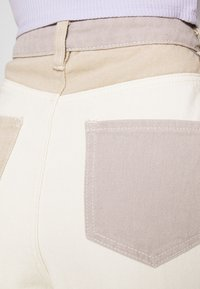 Missguided - NEUTRAL PATCHED RIOT MOM JEAN - Relaxed fit jeans - cream - 4