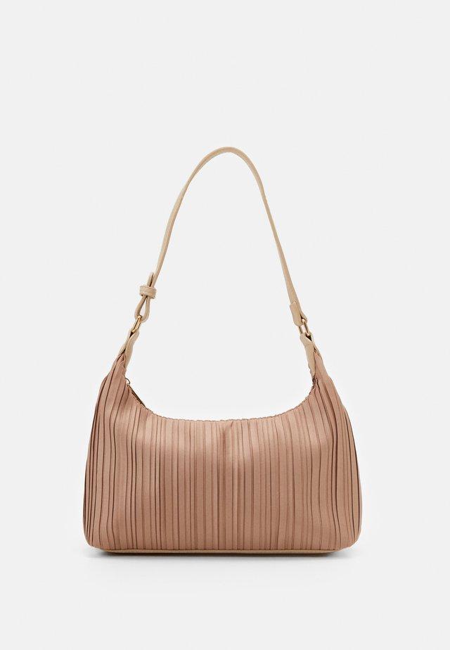 PCFIFFA SHOULDER BAG - Kabelka - warm sand/gold-coloured