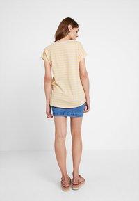 Vila - VIDREAMERS PURE  - Print T-shirt - goldfinch/begonia pink - 2