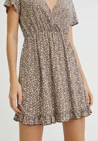 PULL&BEAR - MIT VOLANTS UND PRINT - Day dress - mottled light brown - 4