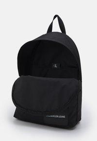 Calvin Klein Jeans - ROUND FRONT ZIP UNISEX - Ryggsekk - black - 2