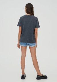 PULL&BEAR - T-shirt med print - mottled dark grey - 2