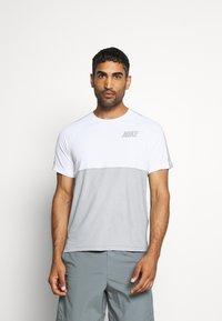 Nike Performance - DRY - Camiseta estampada - smoke grey/light smoke grey - 0