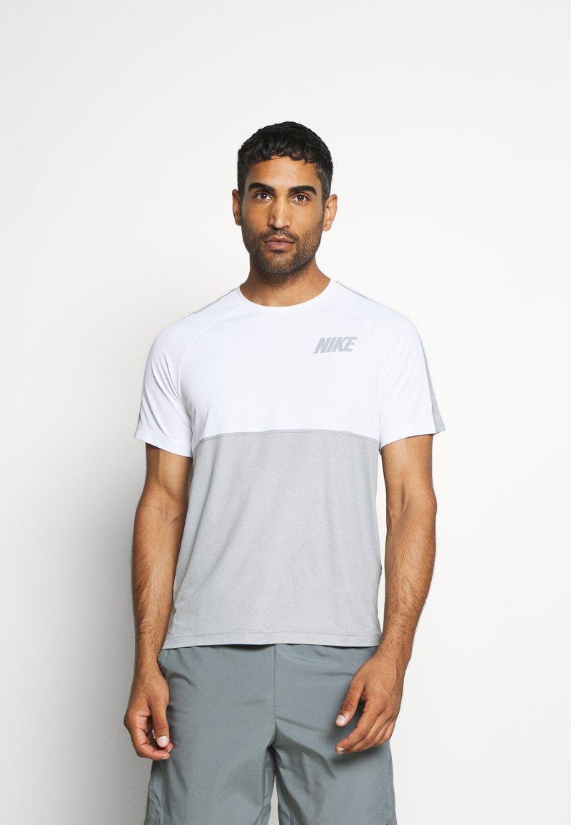 Nike Performance - DRY - Camiseta estampada - smoke grey/light smoke grey