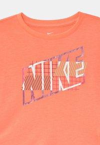 Nike Sportswear - SHORT SLEEVE DRAPEY GRAPHIC - T-shirt z nadrukiem - bright mango - 2