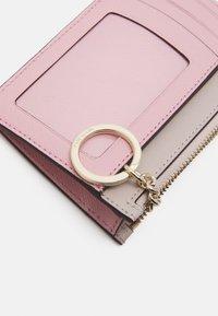 kate spade new york - CARD CASE WRISTLET - Peněženka - tutu pink/crisp linen - 4