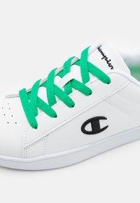 Champion - LOW CUT SHOE ALEX UNISEX - Sports shoes - white/green/black - 5