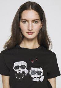 KARL LAGERFELD - PIXEL CHOUPETTE - T-shirt con stampa - black - 4