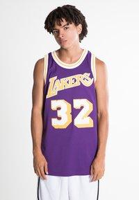 Mitchell & Ness - NBA SWINGMAN LA LAKERS MAGIC JOHNSON - T-shirt de sport - purple - 0