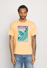adidas Originals - SUMMER TONGUE UNISEX - Triko spotiskem - acid orange - 0