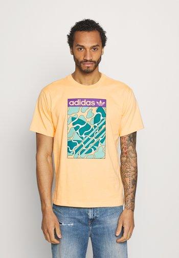 SUMMER TONGUE UNISEX - T-shirt con stampa - acid orange