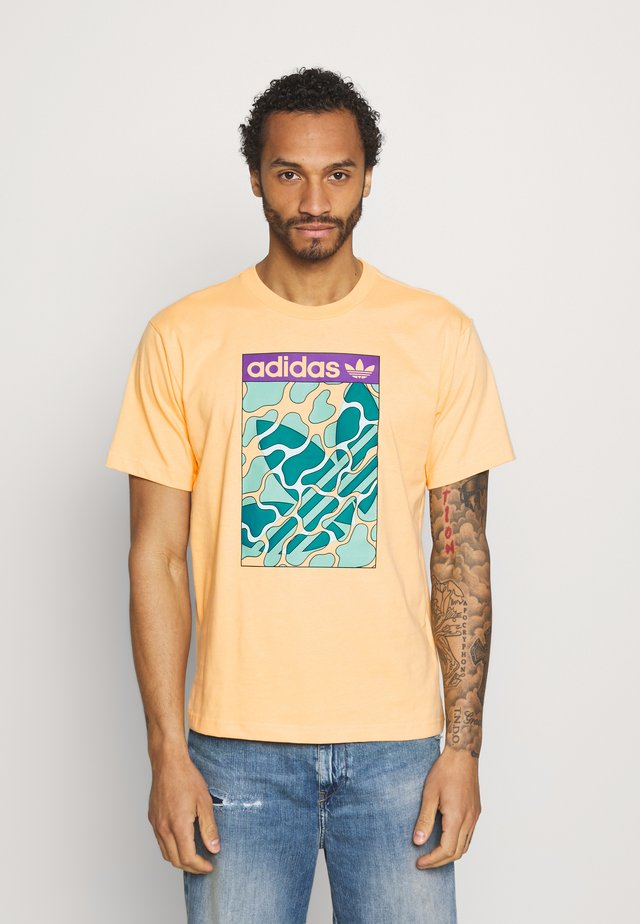SUMMER TONGUE UNISEX - Print T-shirt - acid orange