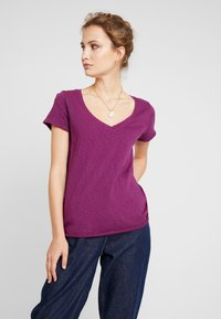 Marc O'Polo DENIM - V NECK COSY FIT SIDESLITS - T-shirt med print - purple - 0