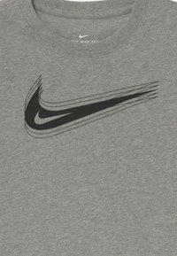 Nike Sportswear - UNISEX - Triko spotiskem - dark grey heather - 2