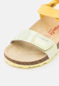 Superfit - FUSSBETTPANTOFFEL - Sandals - gelb - 5