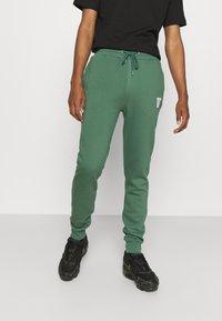 11 DEGREES - CORE REGULAR FIT - Teplákové kalhoty - elm green - 2