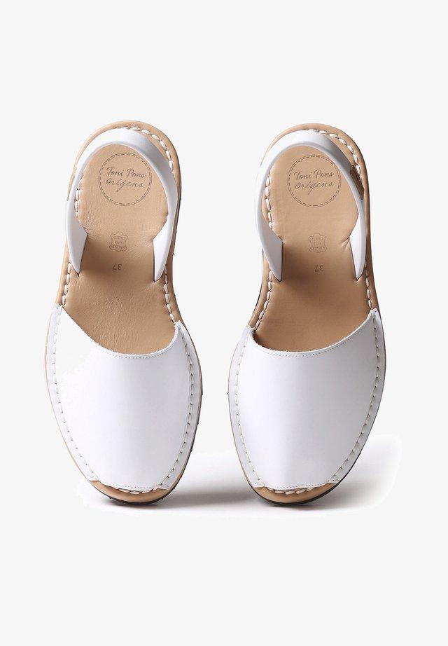 MAO-P - Sandaalit nilkkaremmillä - white