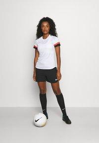 Nike Performance - W NK DF ACADEMY21  - T-shirt sportiva - white/black/bright crimson - 1