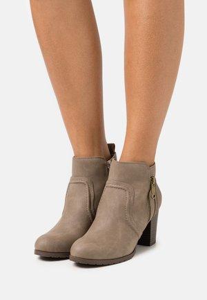WANNABEE - Kotníková obuv - taupe