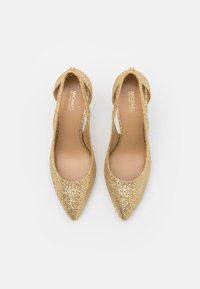 MICHAEL Michael Kors - CERSEI FLEX MID - Classic heels - pale gold - 4