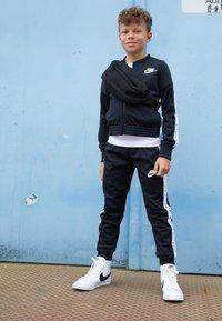 Nike Sportswear - FUTURA ICON - Triko spotiskem - white/smoke grey - 4