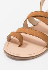 Steve Madden - FUEGO - Sandály s odděleným palcem - cognac - 5