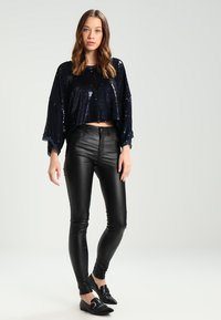 Pieces - PCFIVE COATED - Jeggings - black - 1